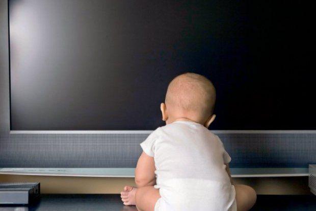 Çocuklar yetişkinler için olan programları izlememeli