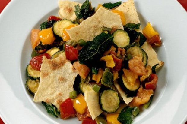 Güveçte karışık sebzeler, tortilla ekmeği ile!