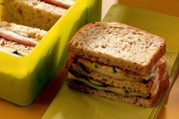 Izgara sebzeli ve peynirli sandviç + salata