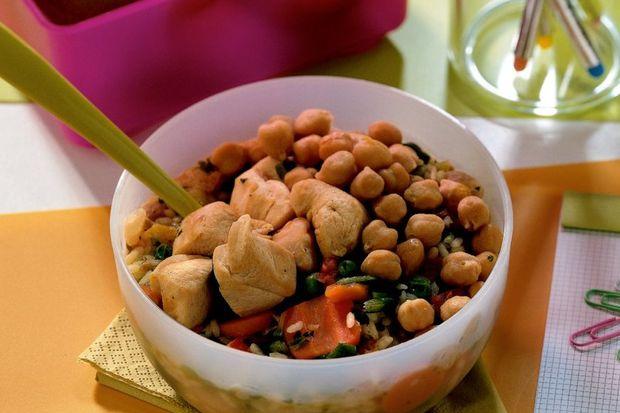 Tavuklu nohutlu pirinç salatası + taze meyve