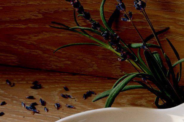 Lavanta aromalı krema ve şuruplu şeftaliler