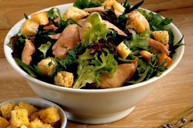Lavanta kokulu, krutonlu ve tavuklu salata...
