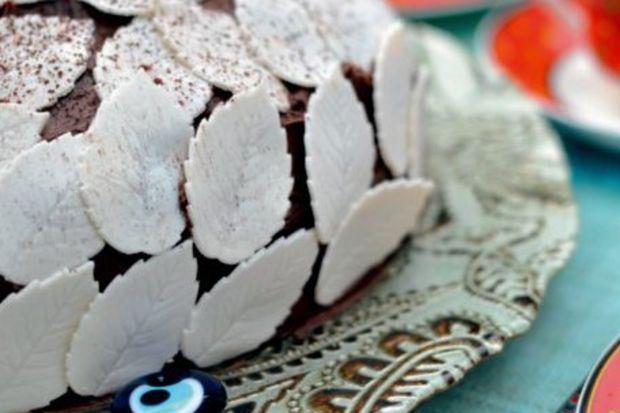 Gül yapraklı çikolatalı pasta
