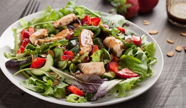 Tavuklu ve çilekli salata