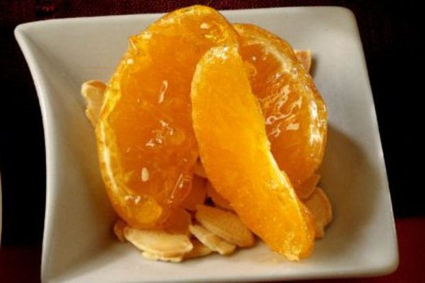 Karamelli ve bademli portakal dilimleri