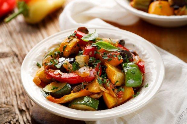 Közlenmiş patlıcan püreli karışık sebze salatası