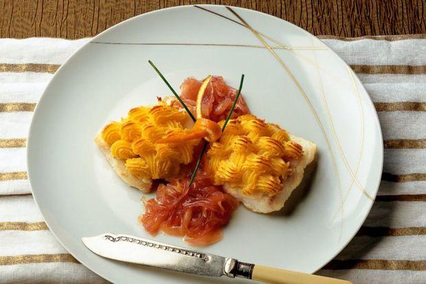 Levrek ograten ve karamelize kırmızı soğan