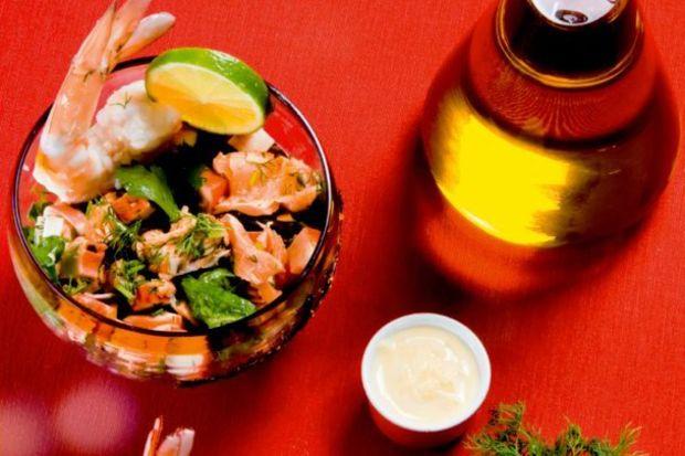 Deniz ürünleri salatası, turplu aioli sos ile