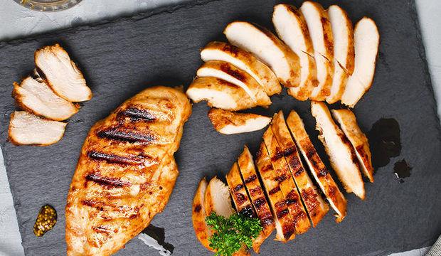 Izgara tavuk, patlıcan ve biber sote ile