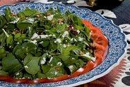 Cevizli ve tulum peynirli roka salatası