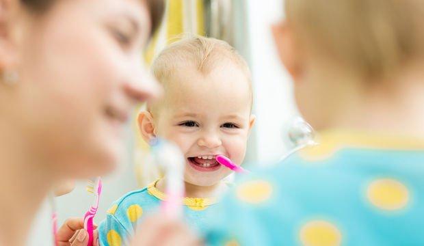 Bebeğin dişlerini ne zaman fırçalamaya başlamalı?