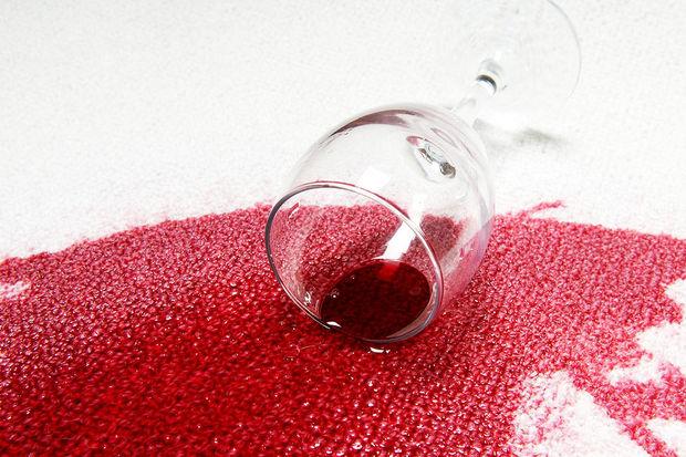 Halıya dökülen şarap lekesinin temizlenmesi