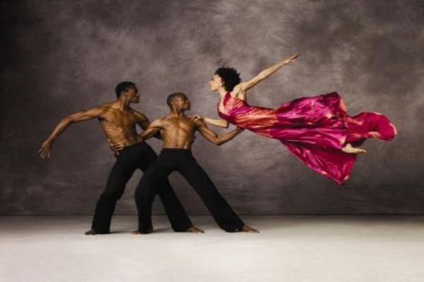 Dans festivali biter 'gösteri devam eder'