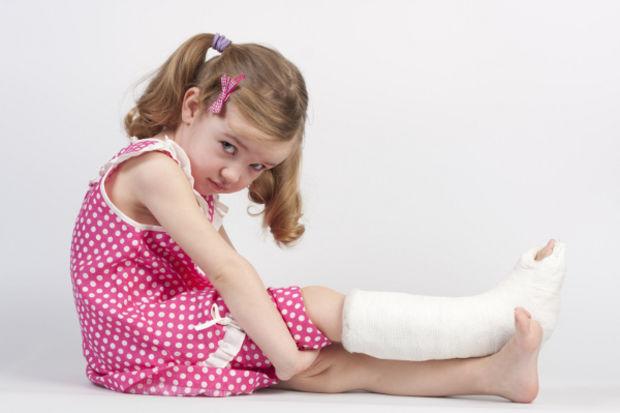 Bacağı kırılan çocuğunuz 1 haftada okula dönebilir