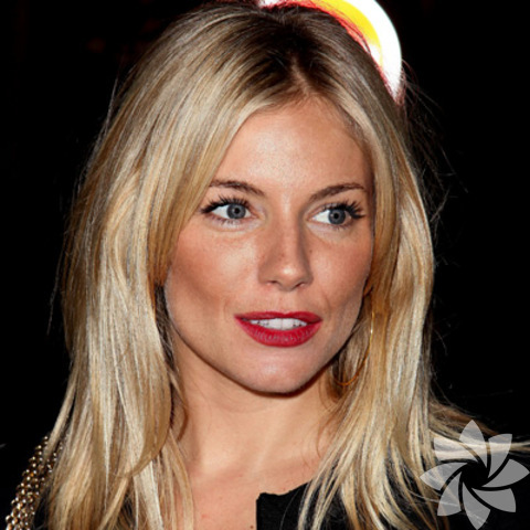 Sienna Miller'ın klasik kırmızı dudakları Sienna Miller kırmızı rujun hakkını verenlerden. Kırmızı rujunu modern bir görünüme kavuşturmak için ışıltılı allıkla tamamlıyor.