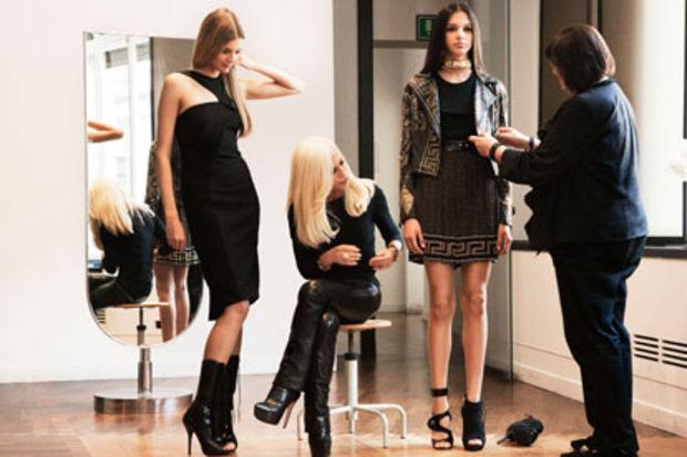 Versace For H&M koleksiyonu görkemli bir defile ile tanıtıldı...