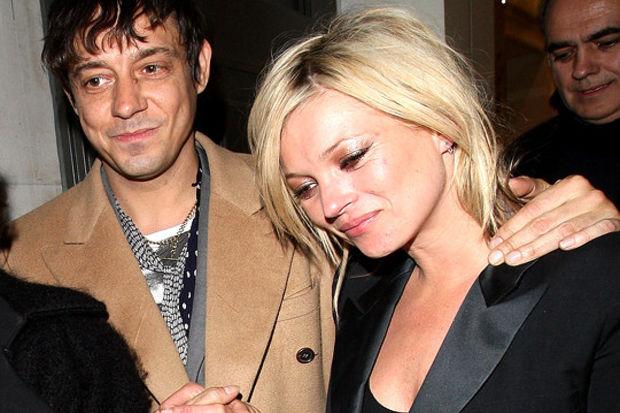 Kate Moss evlendi fakat bekâr evinden kurtulamadı...