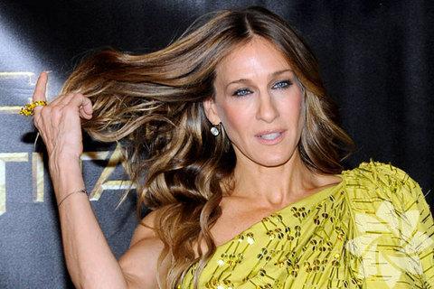 Sarah Jessica Parker Yaşlı kadınların uzun saçı olmaz: 40 yaşından sonra uzun saç kadınları olduklarından daha yaşlı gösterir derler fakat katlı saç kesimleri ve saça verilen hacimle artık bu mümkün değil. Yüzünüzün altından itibaren başlayan katlarla temiz ve ferah bir görünüm kazanabilirsiniz.