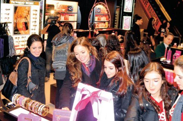 Victoria's Secret'ın ilk gününde alışveriş için kuyruğa girdiler