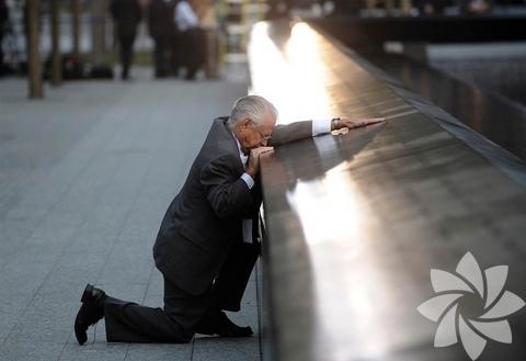 Oğlunu 11 Eylül saldırılarında kaybeden Robert Peraza, bu gün anısına oğlunun adının yazılı olduğu kuzey tarafında saygıda bulunuyor.