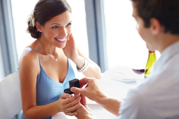 Muhteşem bir nişan yüzüğüyle sevgilinizi evlenmeye ikna edin
