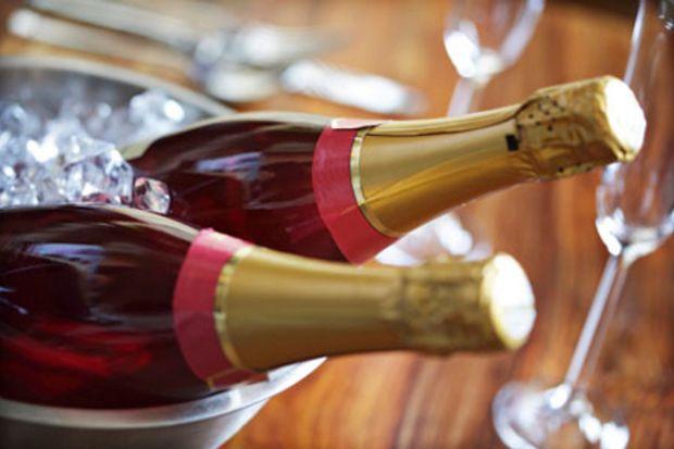 Şampanya şişenizi giydirerek fark yaratın