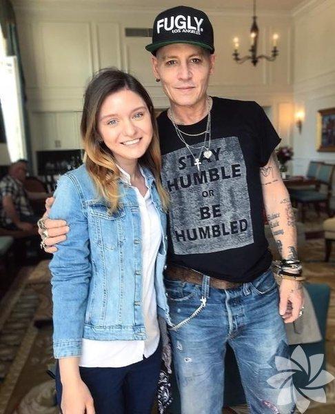 """""""The Hollywood Vampires"""" ile konser turuna çıkan Johnny Depp'in Rusya'da bir hayranı ile çektirdiği fotoğraftaki zayıf ve bitkin görüntüsü, büyük ses getirdi."""