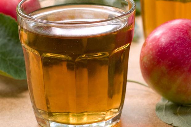 Pürüzsüz bacakların sırrı elma suyunda saklı