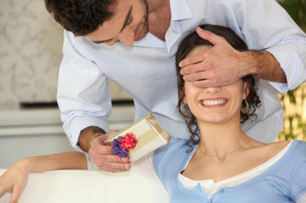 Sevgilisine hediye seçmekte zorlanan erkeklere hediye rehberi...