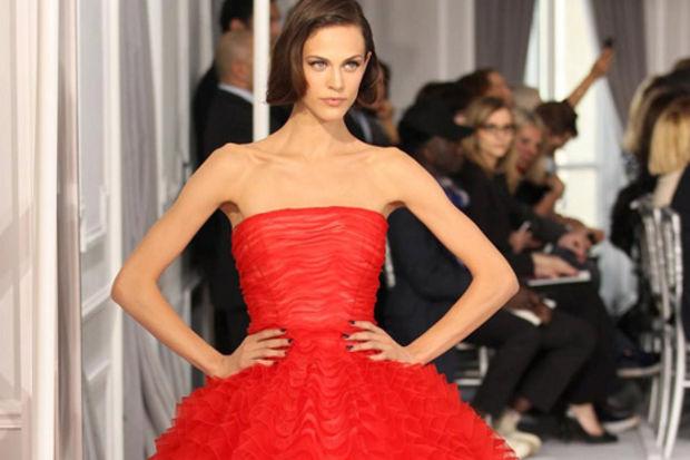 Güçlü kadınların rengi kırmızı bu sene yine çok moda