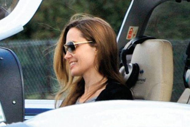 Pilot Angelina uçarak stres attı