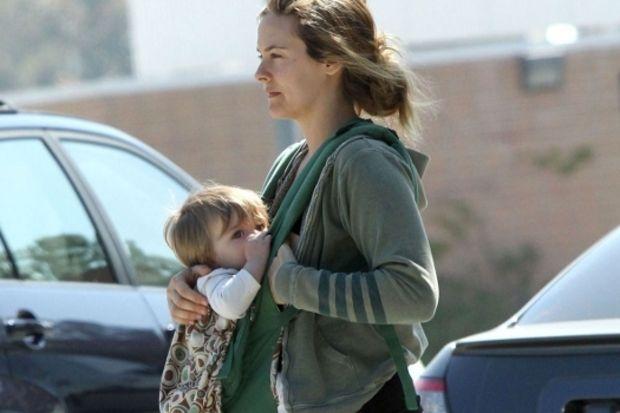 Alicia Silverstone bebeğini kendi ağzından besliyor!