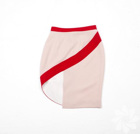 """Milano Istituto Marangoni'de moda tasarımı eğitimi alan Ece Salıcı, birbirinden özel tasarımlarını """"Beklenmedik"""" adını verdiği 2012 İlkbahar Yaz koleksiyonunda topladı."""