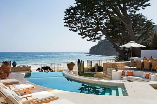 Okyanus kıyısında birbirinden güzel taş evler...