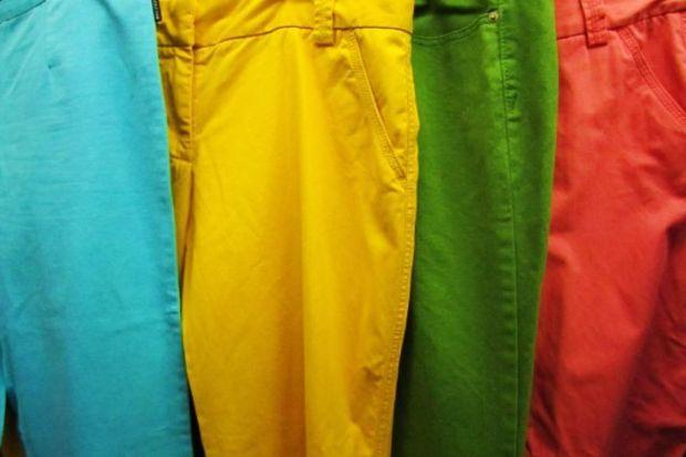 Renkli pantolonları doğru şekilde giyinmek için 7 ipucu!