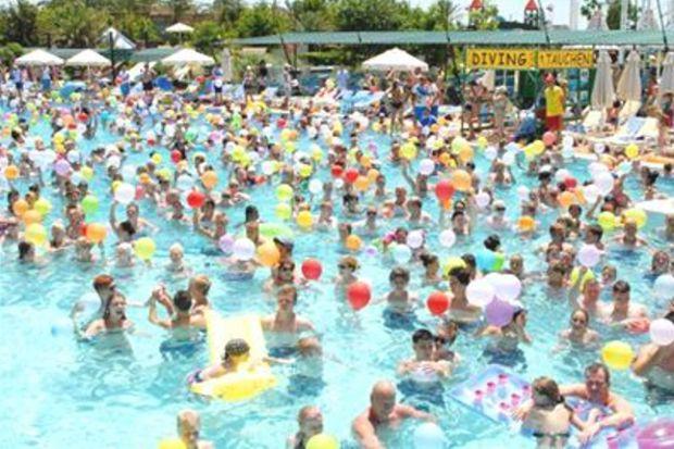 Havuzda 1475 turistle rekor denemesi