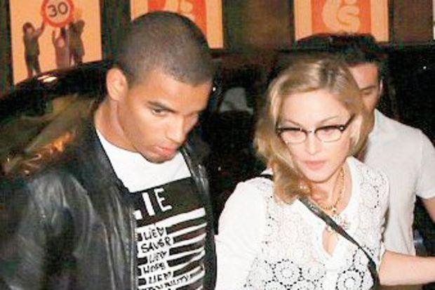 Madonna genç aşkı için sinema kapattı!
