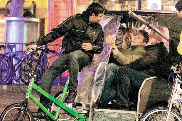 Prens bara bisikletle gitti!