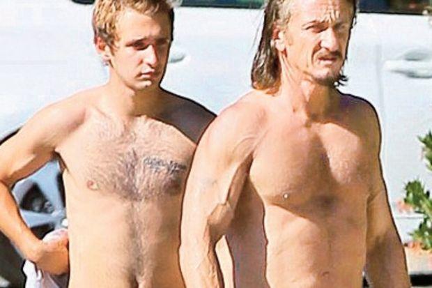 Sean Penn vücuduyla gençlere taş çıkardı!