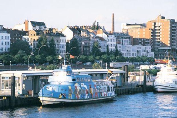 Su üstünde Hamburg...
