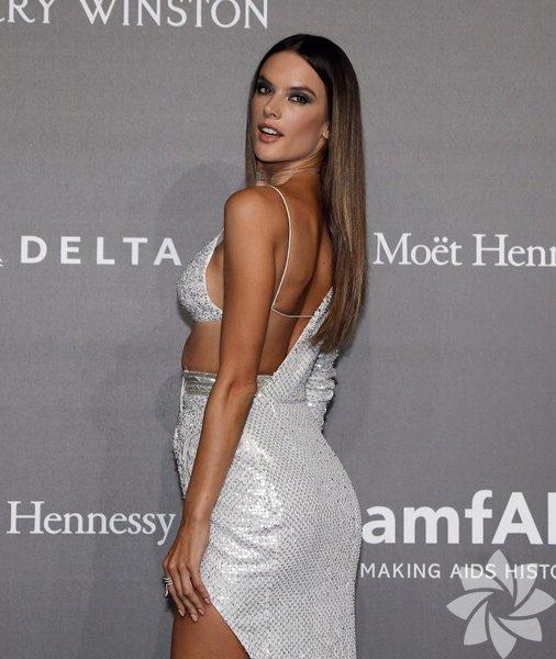 Konuklar arasında en çok ilgi çeken kişi ise Brezilyalı model Alessandra Ambrosio oldu.