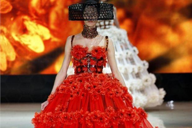 Alexander McQueen 2013 İlkbahar defilesi...