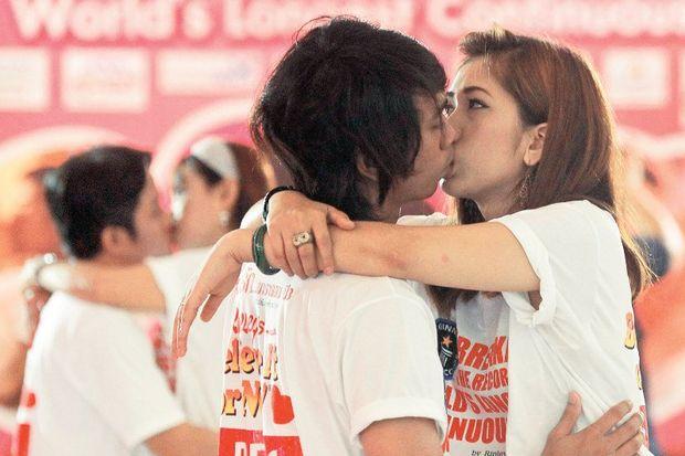50 saat durmadan aşkla öpüşecekler!