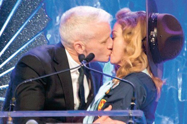 """Madonna'dan """"gay"""" öpücük!"""