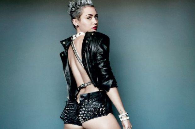 Ve Miley soyundu!
