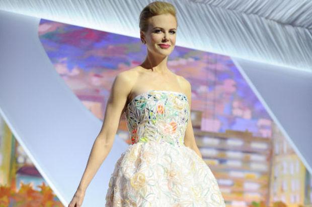 Cannes'da göğüs şov!