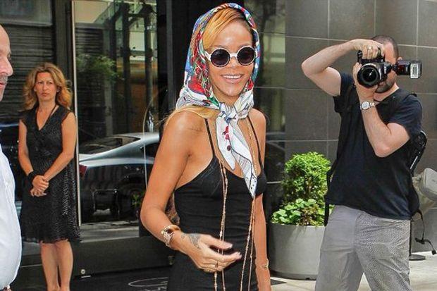 Üstü kapalı altı açık Rihanna...