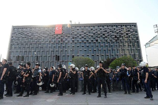 Atatürk Anıtı ile AKM'deki pankart ve flamalar kaldırıldı!