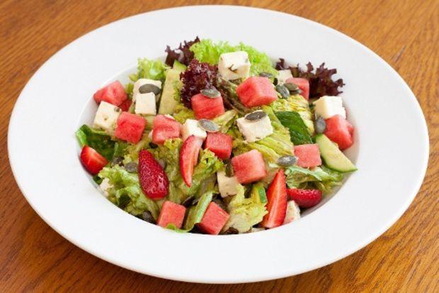 Otlu peynirli karpuz salatası