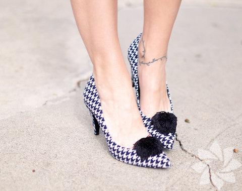 Eskiyen ayakkabılarınızı atmak yerine tamir ettirin. Rengini ya da bağcıklarını değiştirerek de ayakkabınızın havasını değiştirebilirsiniz.
